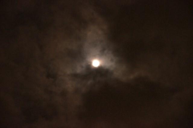 雲に飲まれそうな立待月