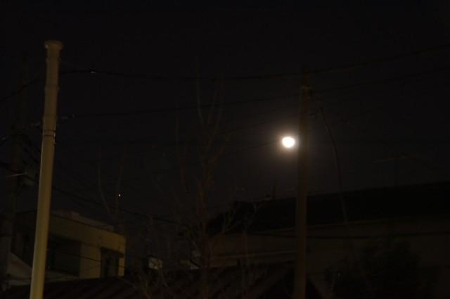 屋根の上の更待月と火星