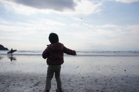 海に石を投げる悠真