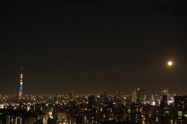 点灯した東京スカイツリーと満月