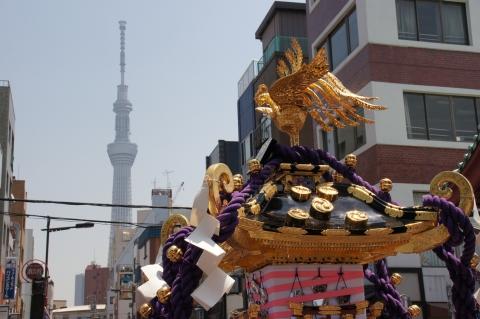 祭りを眺める東京スカイツリー