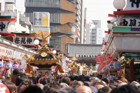 仲見世を進む神輿の列