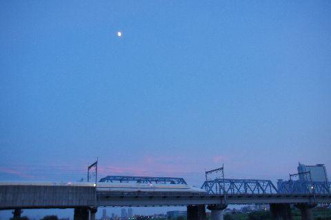 夕焼け空と新幹線