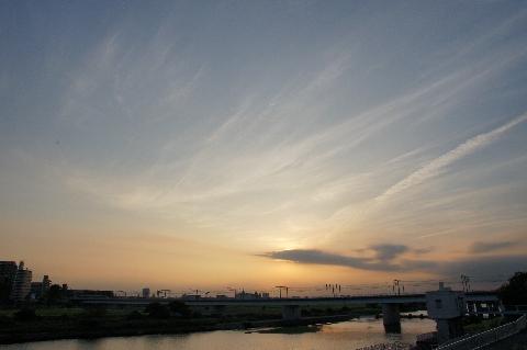 午後6時の多摩川の夕景