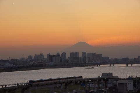 モノレールと飛行機雲と富士山と