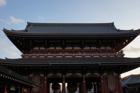 浅草寺宝蔵門と月