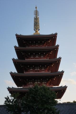 五重塔と月