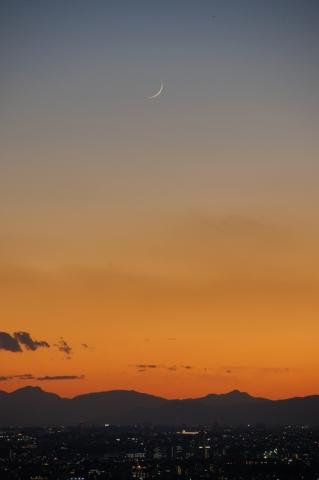 グラデーションの空の月