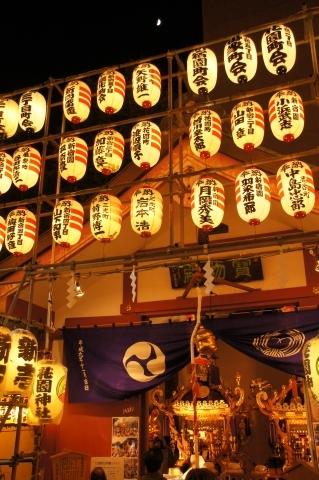 花園神社宝物殿と上弦の月