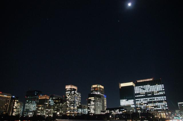 東京駅ビル群と十三夜の月