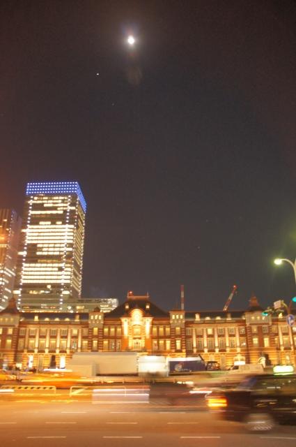 東京駅と十三夜の月