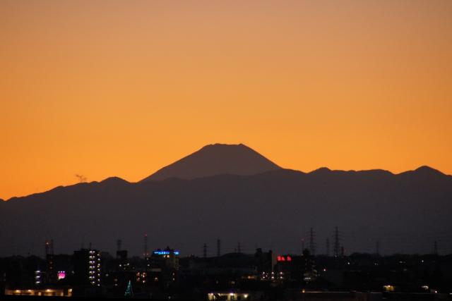 夕焼けの中のシルエット富士山