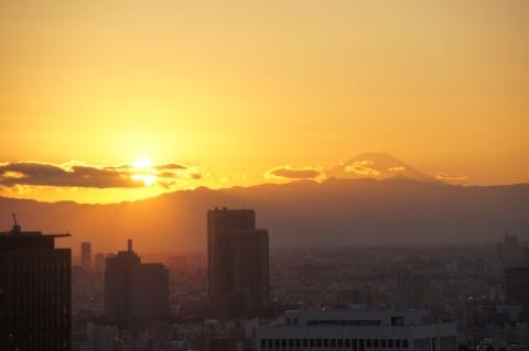 横から照らされる富士山
