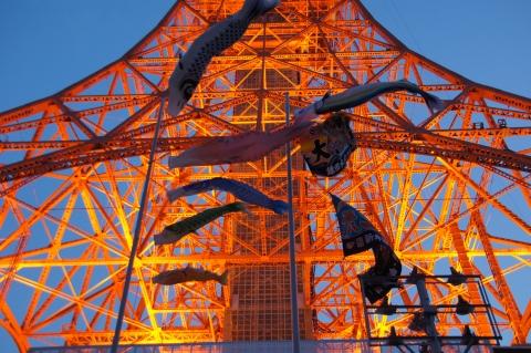 ライトアップされた東京タワーの前で泳ぐ鯉のぼり
