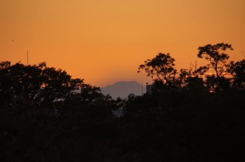 富士山の後ろに沈んだ夕日