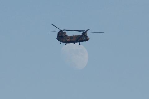 ヘリコプターに吊り上げられたお月様