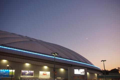 東京ドームと月