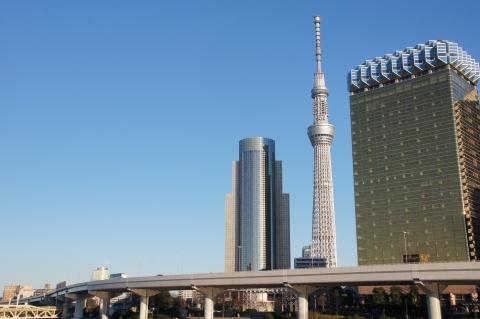 東京スカイツリーと月