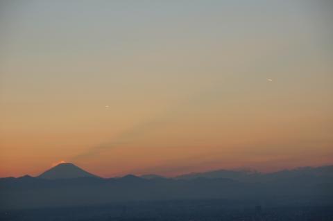 富士山の影と飛行機雲