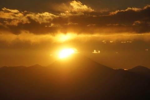半分沈んだ太陽