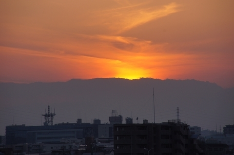 雲の向こうの富士山と夕陽