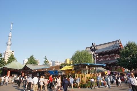 宝蔵門と東京スカイツリーと屋台