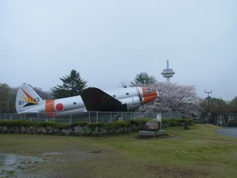 C−46中型輸送機と放送塔とサクラ