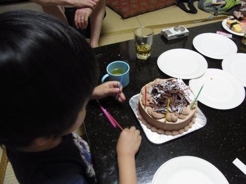 ケーキにロウソクを立てて