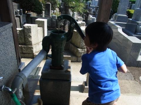 井戸で水を汲む悠真