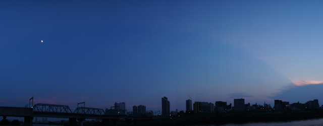 十日月と反薄明光線