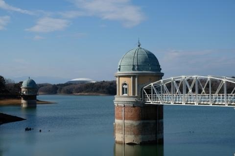 村山貯水池取水塔と西武ドーム