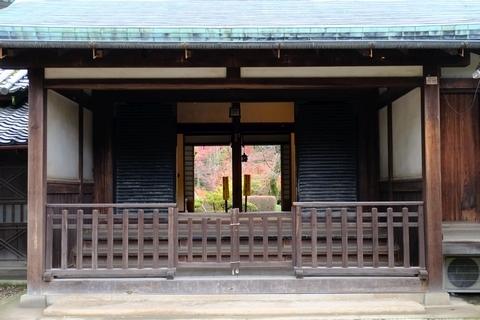 玄関越しの紅葉山庭園の紅葉1