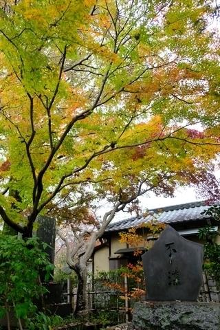 島崎藤村記念碑と紅葉