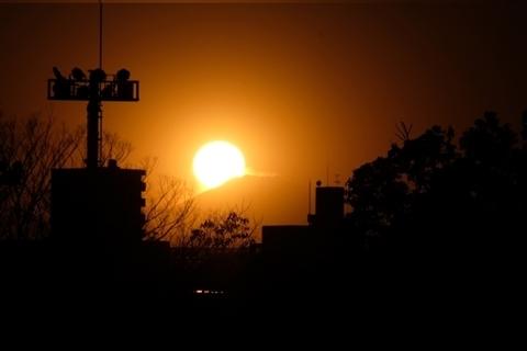 夕日が富士山にかかる