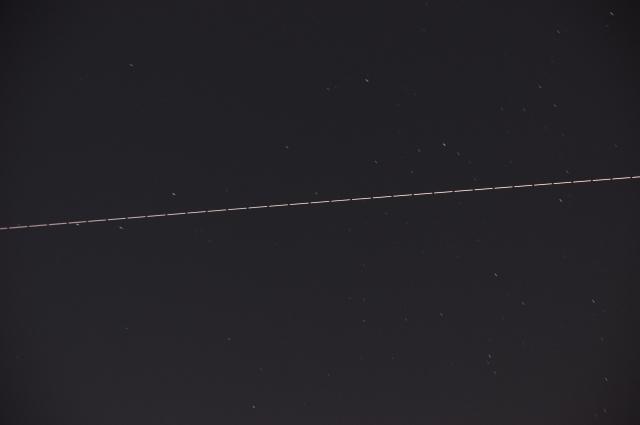 夜空を横切るISS