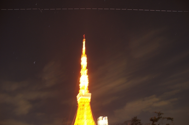 東京タワー上空を通過するISS