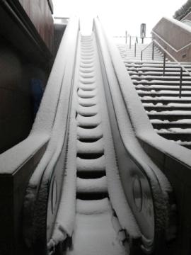 雪の積もったエスカレーター