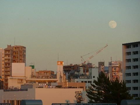 赤く染まる街と小望月