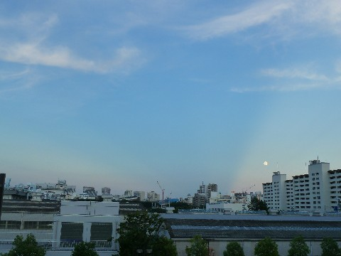 反薄明光線の縁を進む小望月