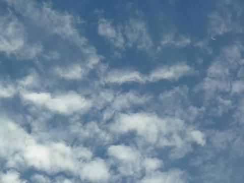 うろこ雲の海を漂うお月さま