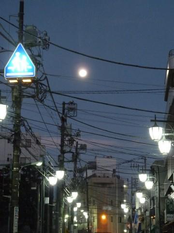街中の満月