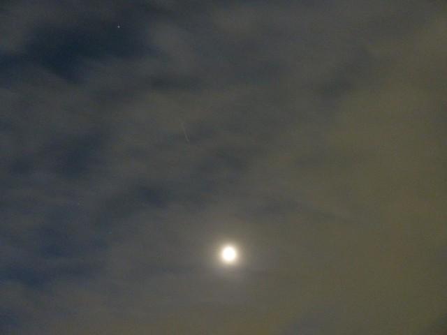 国際宇宙ステーションと明け方の月