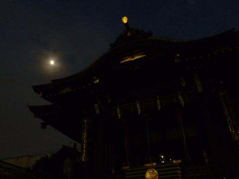 大鳥神社でほぼ下弦の月
