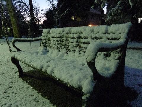 雪化粧したベンチ