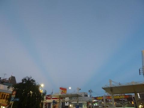 中秋の名月に向かう反薄明光線