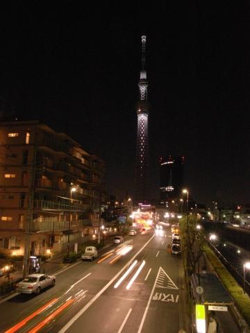 車の軌跡と東京スカイツリー