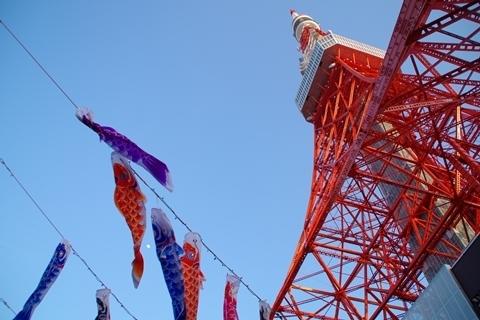 東京タワーと鯉のぼりと月