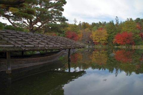 舟屋と池の紅葉