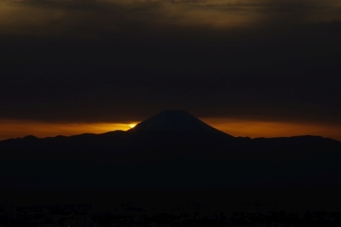 僅かに見えた富士山にかかる太陽