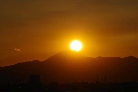 富士山にかかり始めた太陽